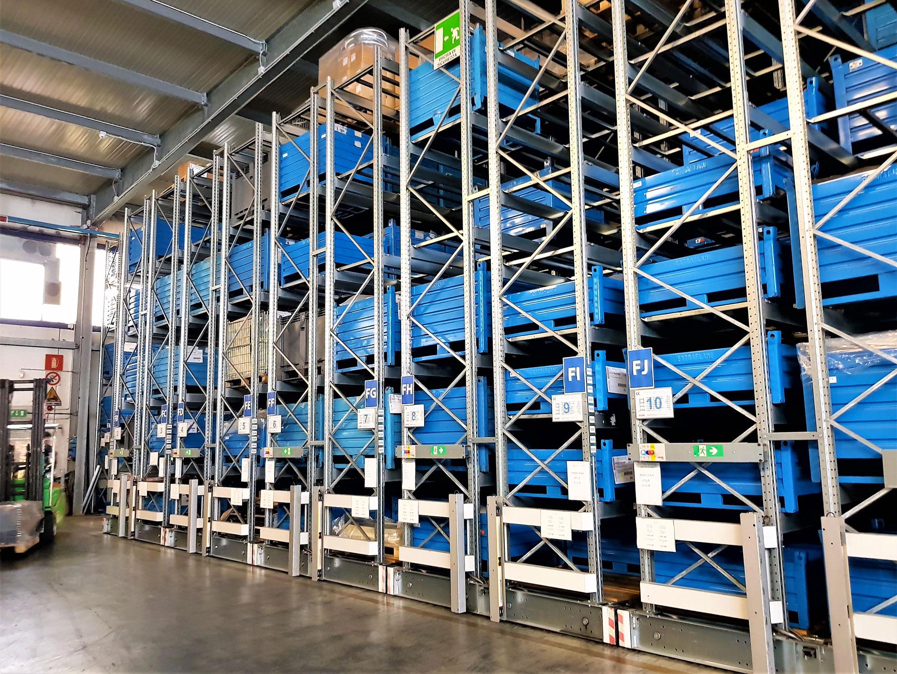 scaffalature industriali compattabili portacontenitori metallici blu