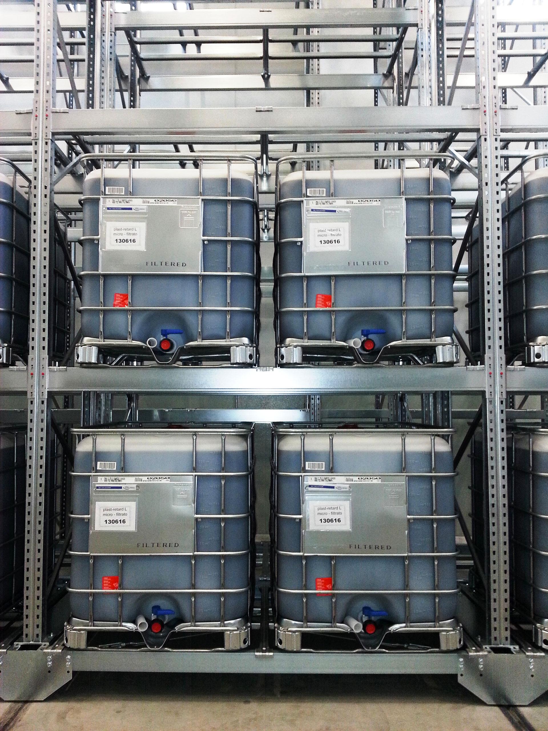 magazzini compattabili che contengono cisternea cisterne